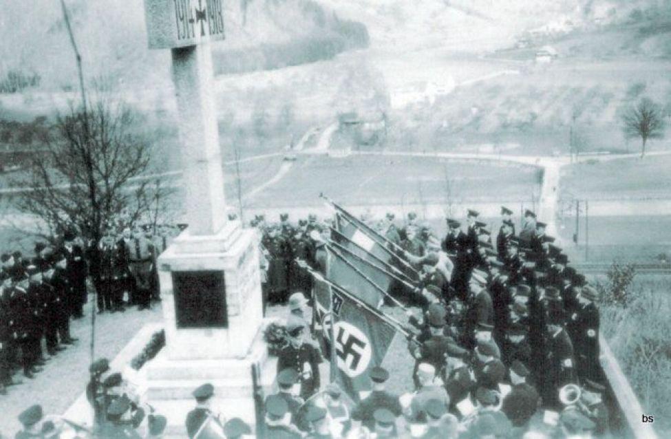 1933 B01 Kriegerehrenmal Hakenkreuz07062016   Kopie